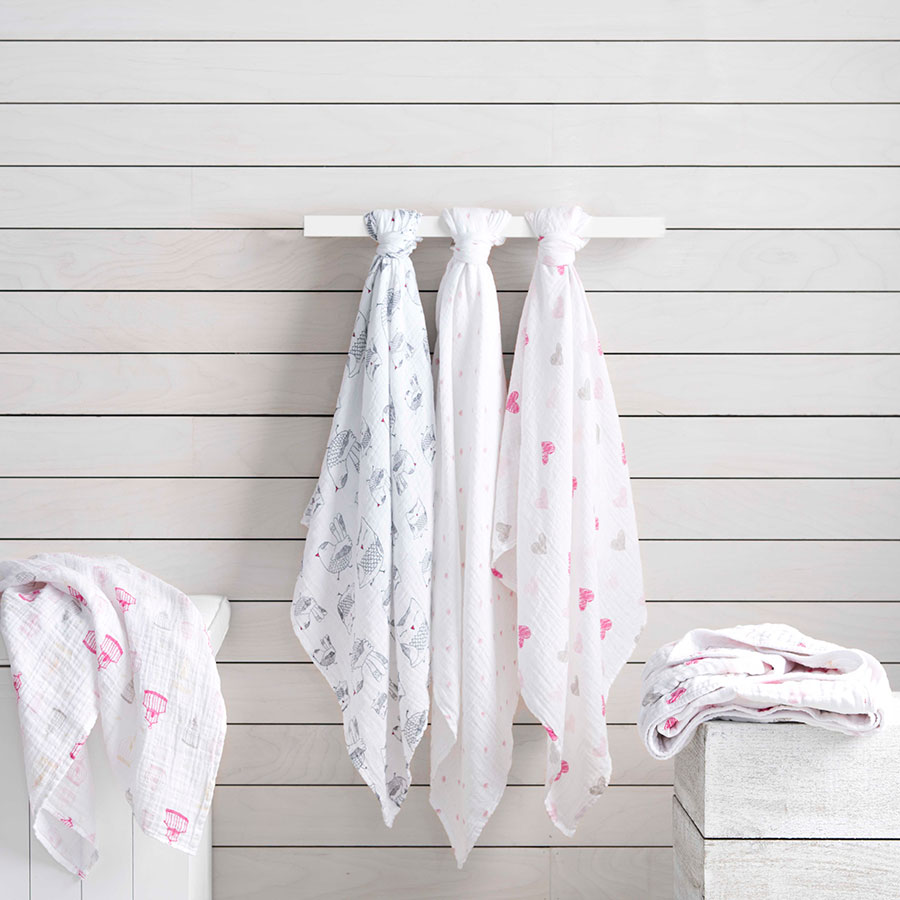 classic-swaddle-love-bird-hanging